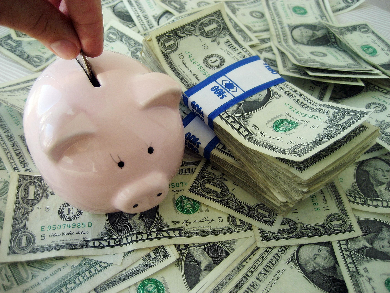 Putting_money_into_a_piggybank